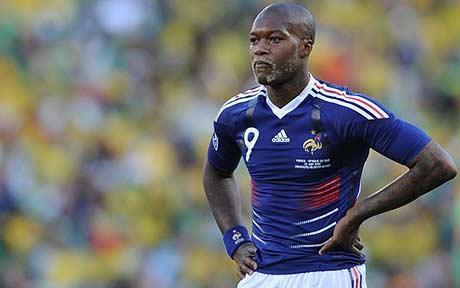 Djibril Cissé con el número 9