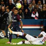 Alves, ¿culpable del duelo entre Cavani y Neymar?